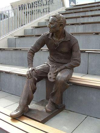330px-adi-dassler_skulptur